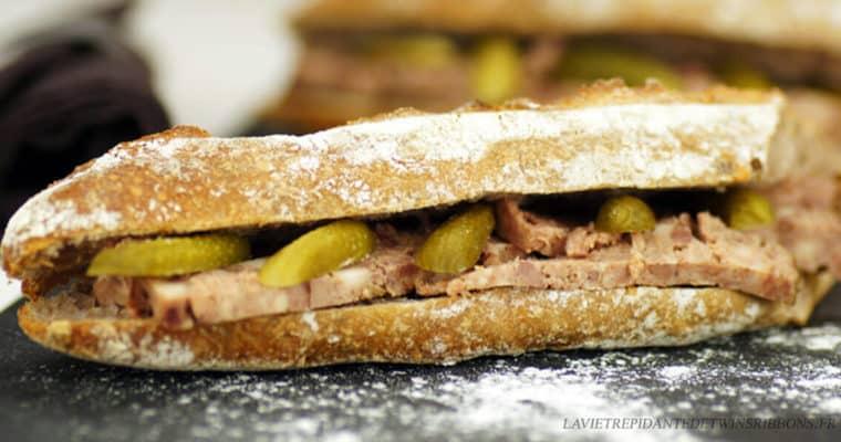 sandwich au pâté de campagne et aux cornichons